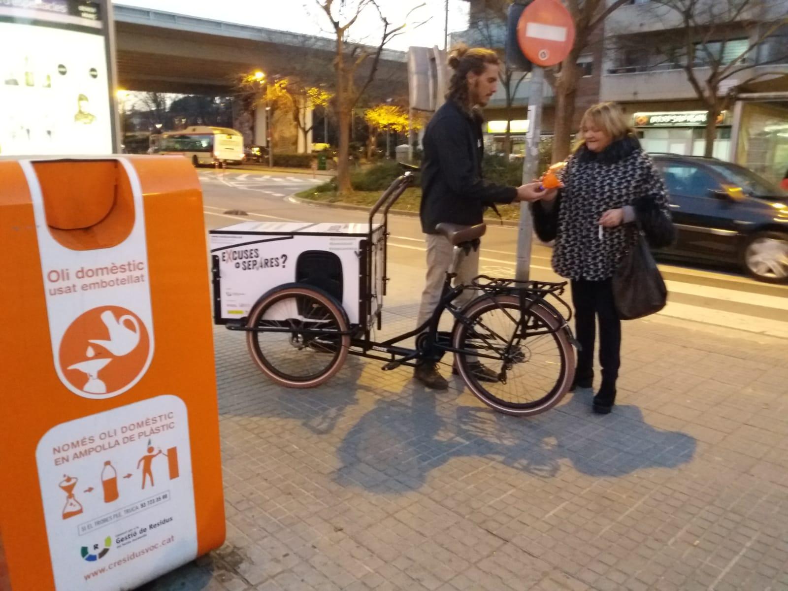 El Consorci per a la Gestió de Residus instal·la 60 nous contenidors d'oli a diferents municipis i n'informa mitjançant un educador ambiental amb bicicleta
